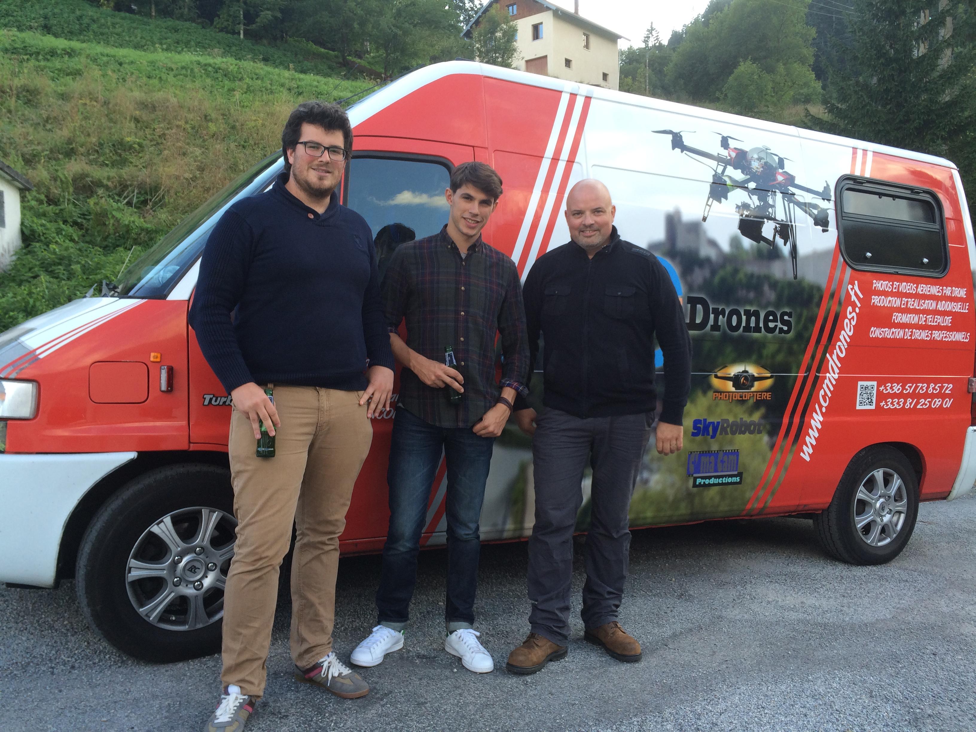 photo avec l'équipe drone du clip